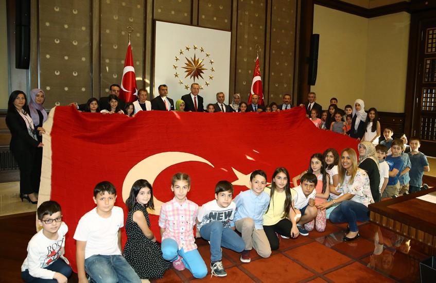Cumhurbaşkanı Erdoğan'a Türk Bayrağı Hediye Edildi