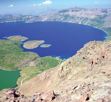 Nemrut dağı ve krater gölleri