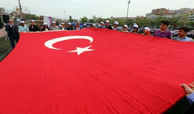 En Büyük El Dokuma Türk Bayrağı Kağıthane'de Sergilendi
