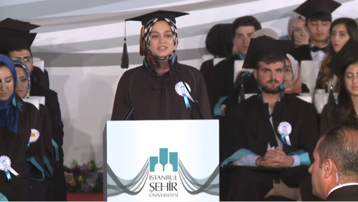Üniversite Birincisi Saliha Büşra Selman'ın Mezuniyet Konuşması Ağlattı